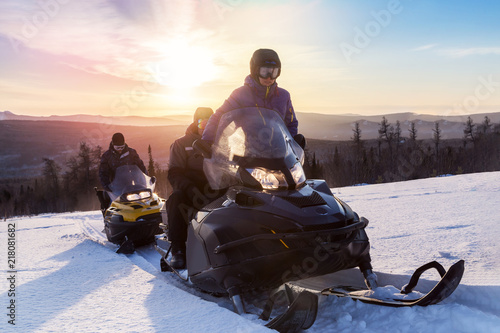 La pose en embrasure Glisse hiver Athletes on a snowmobile.