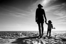 Mère Maman Enfant Bébé Accompagner Aider Découvrir Plage Mer Vivre Heureux Tenir Main Grandir élever Jouer Contre-jour Noir Et Blanc Vacances Horizon Avenir île De Ré
