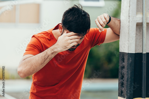 Photo  Man suffering from dizziness with difficulty standing up while leaning on wall