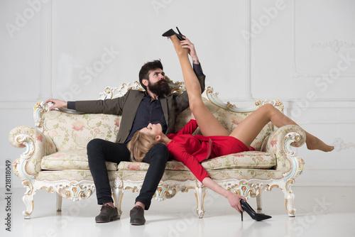 sekretarka-z-mezczyzna-w-biurze-seksowna-sekretarka-ma-romans-z-brodatym-mezczyzna-uslugi-sekretarskie-dla-firm-biznesowych-sekretarka-z-elastycznym-harmonogramem-pracy-przedstawiciel-obslugi-klienta-w-pracy