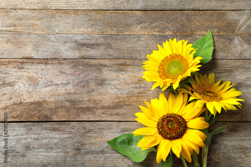 Poster Zonnebloem Yellow sunflowers on wooden background, top view