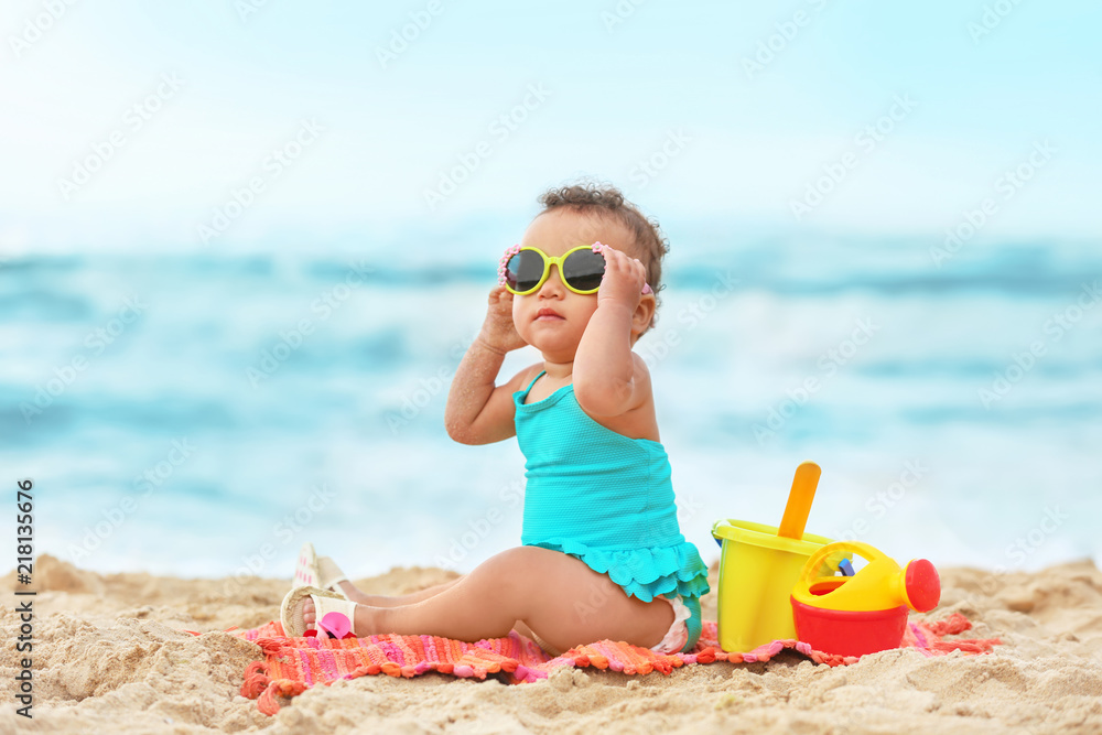 Fototapeta Adorable African-American girl on beach - obraz na płótnie