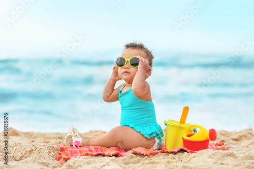 Obraz Adorable African-American girl on beach - fototapety do salonu