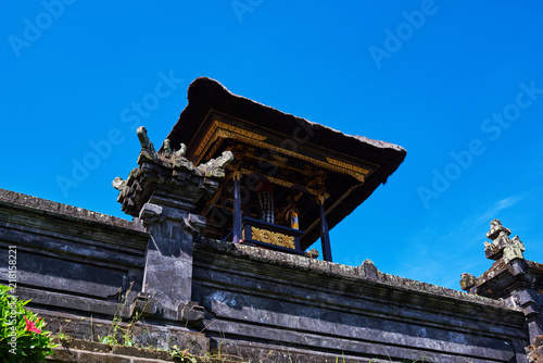 Foto op Aluminium Bali Traditional hindu buildings of old temple. Temple and beauty rock statue at the temple in Bali. Bali pavilion hindu temple with grass roof. Travel concept.