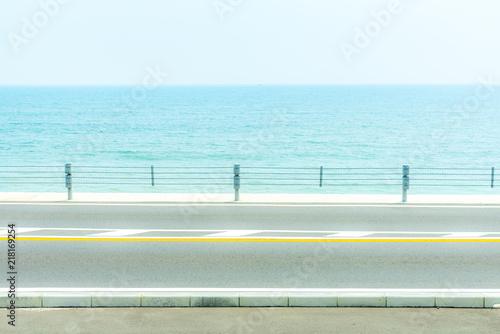 Tuinposter Lichtblauw 海が見える風景 歩道あり