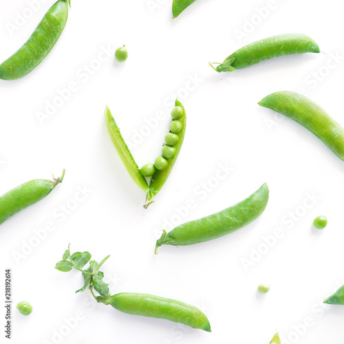 Pattern of fresh green peas isolated on white background, top view, flat lay Tapéta, Fotótapéta