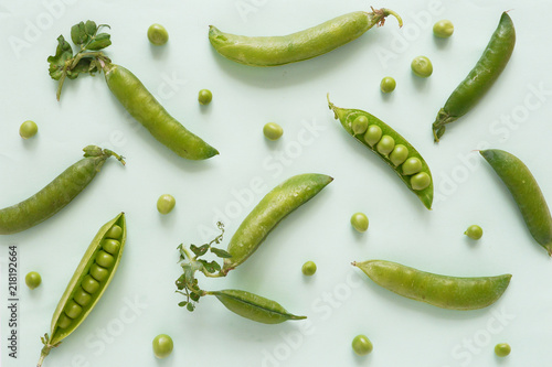 Foto Pattern of fresh green peas on green background, top view, flat layout