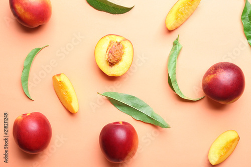 Fotografía  Composition with ripe peaches on color background, top view