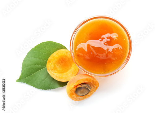 Fotomural Glass bowl with sweet apricot jam and fresh fruit on white background