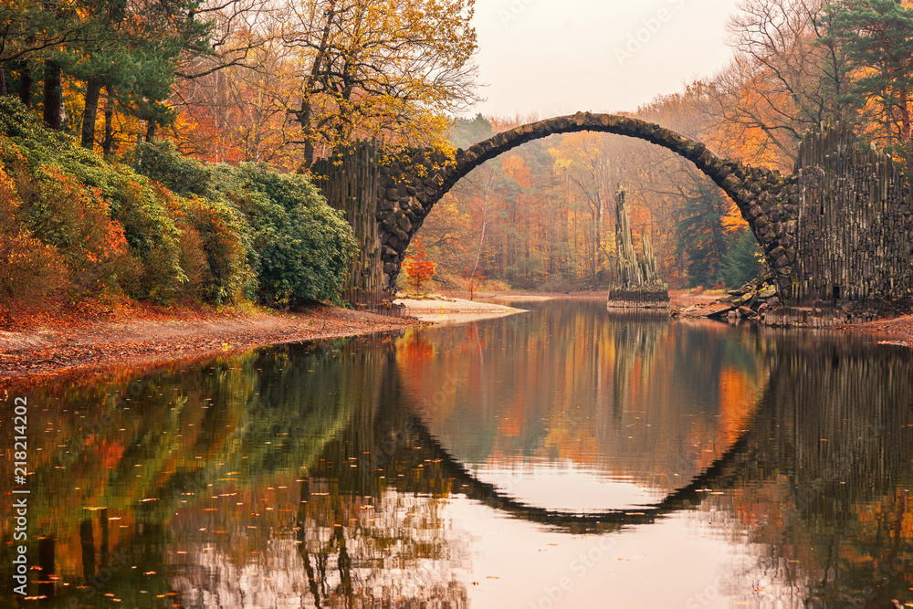 Fototapety, obrazy: Rakotz Bridge (Rakotzbrucke, Devil's Bridge) in Kromlau, Saxony, Germany. Colorful autumn, reflection of the bridge in the water create a full circle.Unusual and interesting places in Germany.