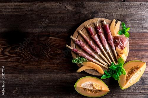 Staande foto Buffet, Bar Italienische Jause - Buffet - Prosciutto - Rohschinken - Schinken - Zuckermelone - Melone - Grissini