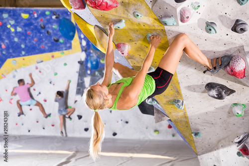 Photo Woman training at bouldering gym