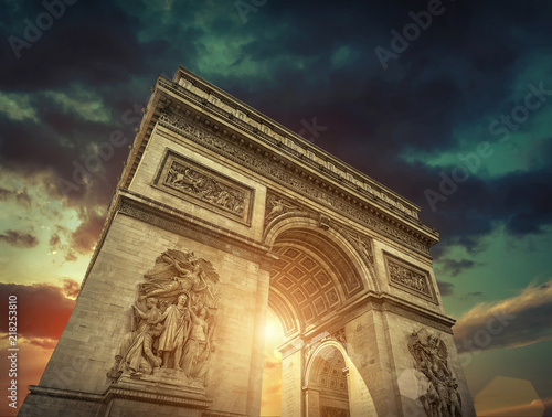 Valokuva  Triumphal Arch in Paris under sky with clouds.