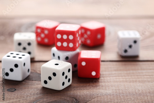 Photo  Colourful dice on brown wooden table