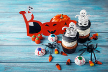 Halloween Cupcakes With Skelet...