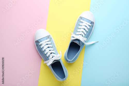 Fotografia  Pair of blue sneakers on colorful background