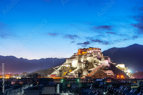 Photo the Potala Palace and pagodas in the sunrise glow, Lhasa, Tibet