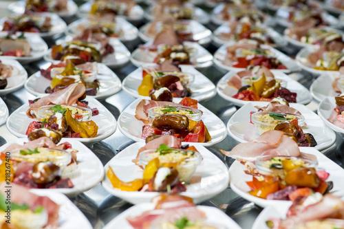 Tuinposter Voorgerecht schön angerichtetet Vorspeisen für eine ganze Hochzeit viele Teller