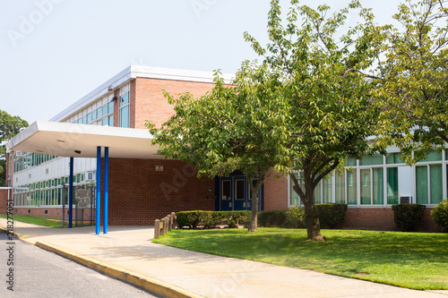Obraz View of typical American school building exterior  - fototapety do salonu