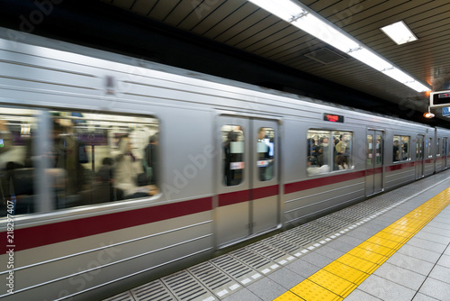 Cuadros en Lienzo Interior of a Tokyo subway station and platform with subway commuters in Tokyo, Japan