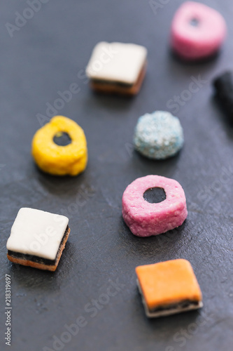 Photo Liquorice allsorts candy sweets dark background
