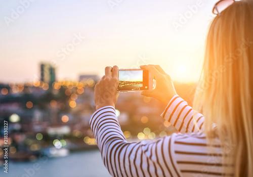 Photo  Happy blonde woman - tourist shot on her smartphone camera beaut