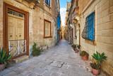 Fototapeta Uliczki - Narrow cozy street in Birgu (Vittoriosa) city, Malta