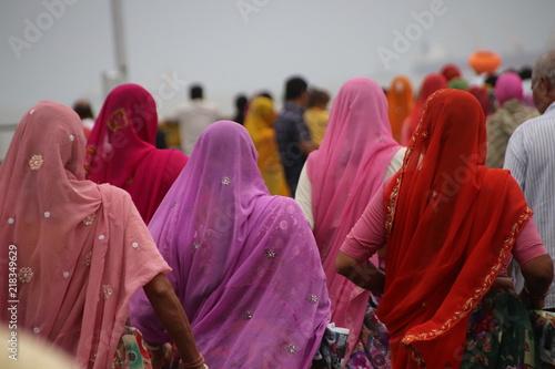 Foto op Canvas India grupo de mujeres vestidas con sari de colores caminando en la india