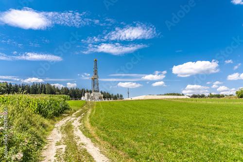 Fotografia  Feldweg zu einem Fracking-Turm auf dem Land in Bayern