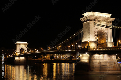In de dag Boedapest Chain Bridge by night, Budapest, Hungary