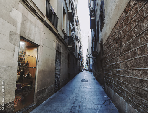 Spoed Foto op Canvas Smal steegje Narrow alley of Gothic quarter in Barcelona, Spain