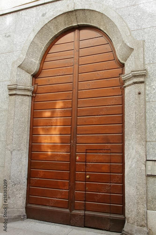 antica porta di ingresso di legno casa Como, Italia Foto ...