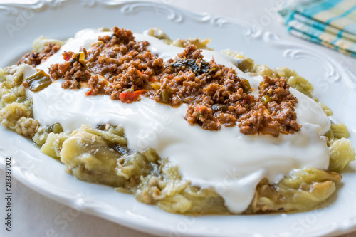 Photo Turkish Ali Nazik Kebab with Yogurt, Minced Meat and Roasted Eggplant or Aubergine / Kebap