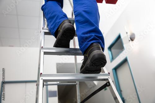 Obraz na plátně Handyman Climbing Ladder