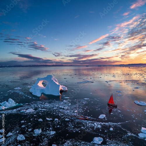grenlandia-wczesnie-sunrise-iceberg-widok-z-lotu-ptaka-z-czerwonym-zaglowcem