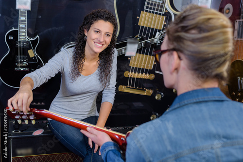 Fotografie, Tablou observing a guitarist