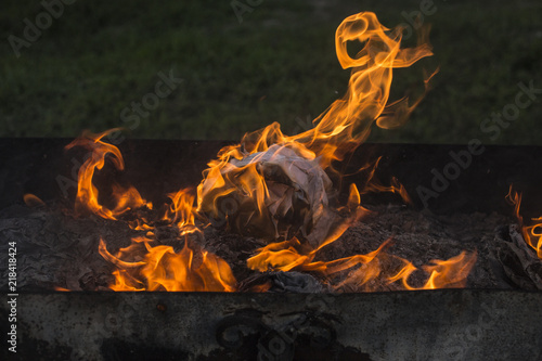 La pose en embrasure Feu, Flamme Flaming fire. Documents burning. Dance of fire spirits. Ignition of paper.