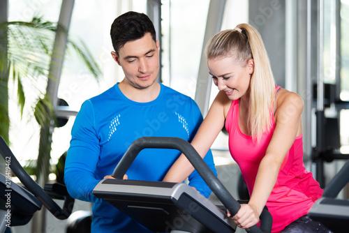Fotografie, Obraz  Trainer erklärt das Trainingsgerät