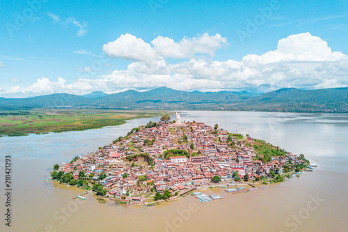 Photo sur Aluminium Piscine Beautiful view of the Janitzio Island at the Patzcuaro Lake in Michoacan, Mexico
