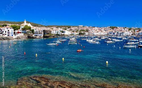 Fotografiet Main view of Cadaqués bay and village, from Es Llaner Gran beach, Costa Brava,