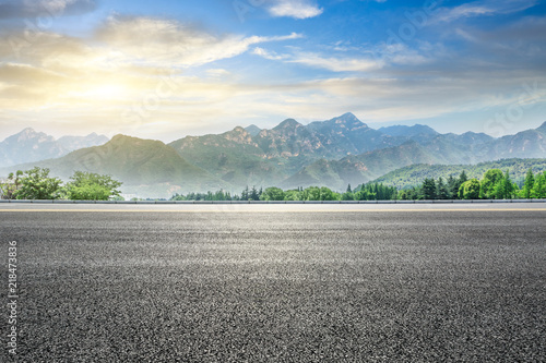 Foto auf Leinwand Grau Empty asphalt highway and green mountain nature landscape at sunset