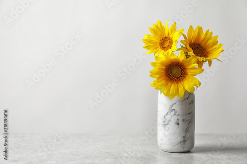 Spoed Foto op Canvas Zonnebloem Vase with beautiful yellow sunflowers on table