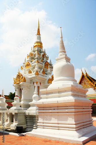 Keuken foto achterwand Bedehuis White and Goldden Pagoda at Wat Phra Chaiya temple located in Suratthani Province, Thailand.