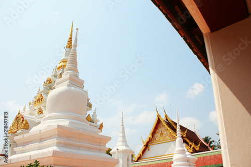 Deurstickers Bedehuis White and Goldden Pagoda at Wat Phra Chaiya temple located in Suratthani Province, Thailand.