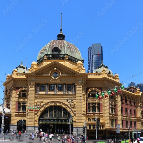Poster Oceanië Melbourne's Flinders Street railway station with its famous dome and arched entrance, Australia