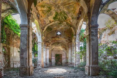 Photo Stands Ruins Uralte eingestürzte und verlassene Kirche