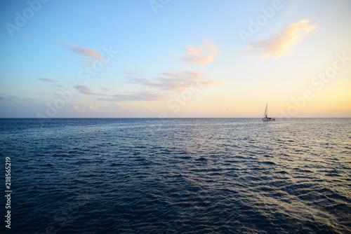 Foto op Plexiglas Zee / Oceaan 水平線とボート