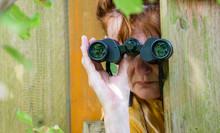 Eine Neugierige Frau Blickt Mi...