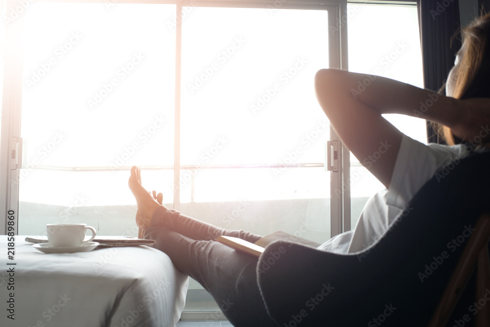 Photo  Happy woman relaxing comfortably at home.