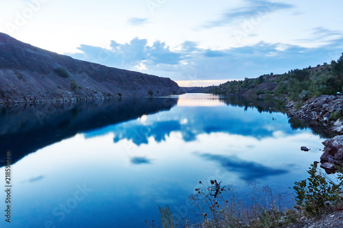 Photo  The purest blue lake amid unspoiled nature at dawn on a nice summer day